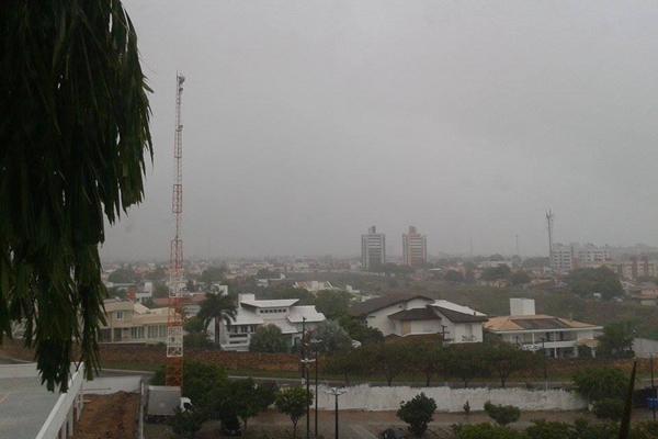 Bairro de Candelária, em Natal, com o céu completamente nublado; moradores relatam pontos de alagamento na zona Sul de Natal