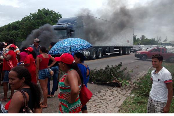 Foram bloqueados trechos de três rodovias em quatro cidades