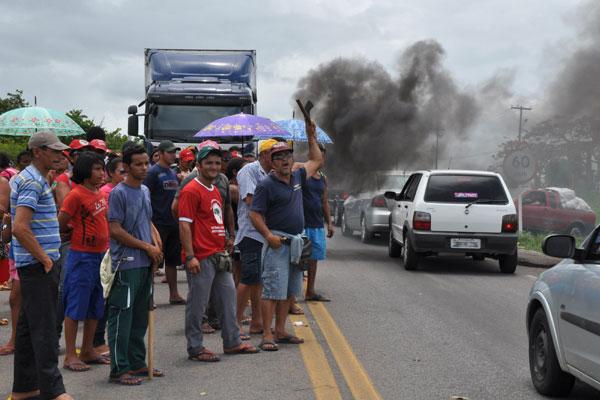 Pela manhã, trabalhadores rurais bloquearam trecho da BR-304