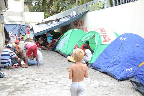 Famílias chegaram à sede do Incra, em Natal, na manhã de ontem e montaram acampamento