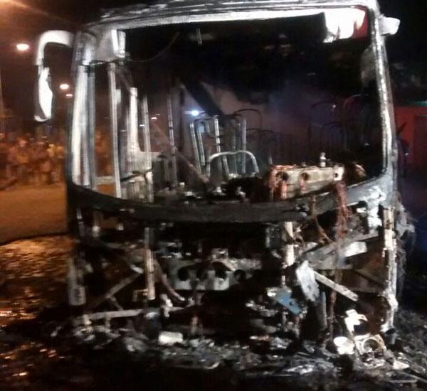 O ônibus estava pronto para sair do terminal quando homens chegaram e atearam fogo ao veículo