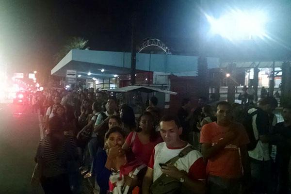 Parada de ônibus na avenida Salgado Filho ficou lotada