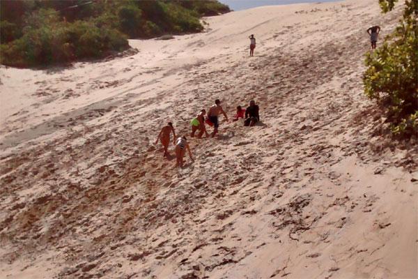 Banhistas ignoram proibição e escalam Morro do Careca