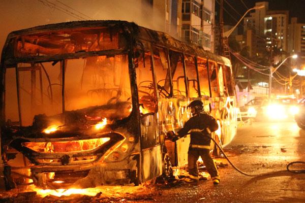 Ônibus da empresa Santa Maria foi incendiado na avenida Hermes da Fonseca