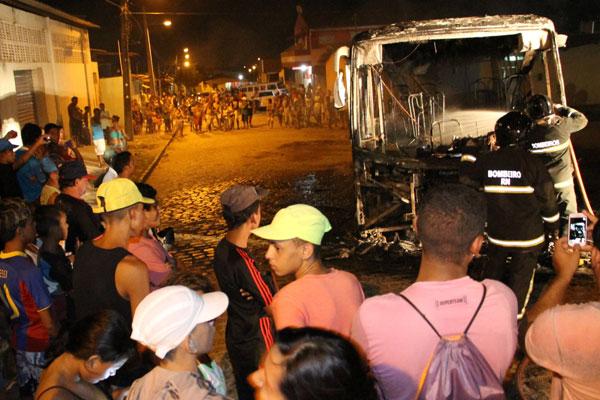 Ônibus da empresa Oceano no bairro Golandim, São Gonçalo do Amarante (perda total)