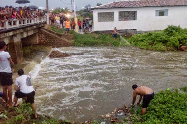 Açude José Teodoro, no centro de Angicos, sangrou com a a forte chuva deste final de semana