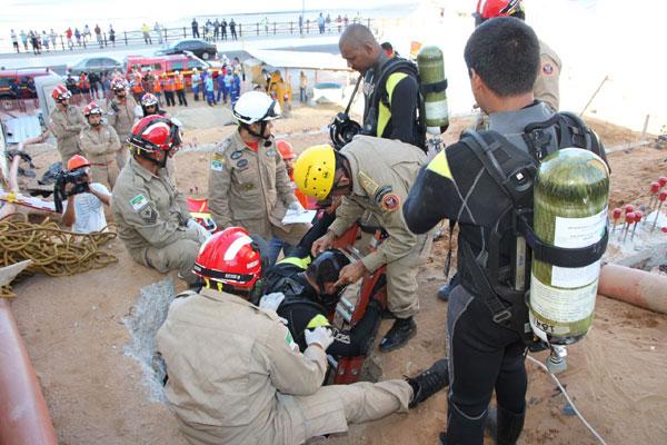 Bombeiros entram no poço para procurar corpo do pedreiro desaparecido