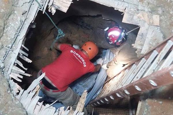 O corpo foi localizado aproximadamente às 19h, mas retirado somente por volta das 3h30
