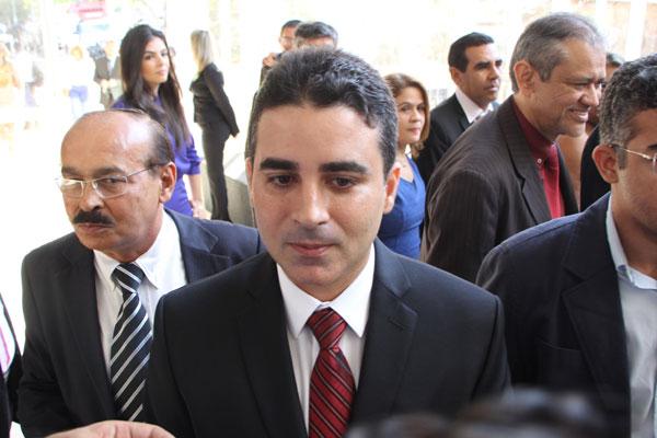 Em texto, Dinarte Assunção critica Silveira Júnior por imprimir o timbre da Prefeitura em caixões doados pelo município