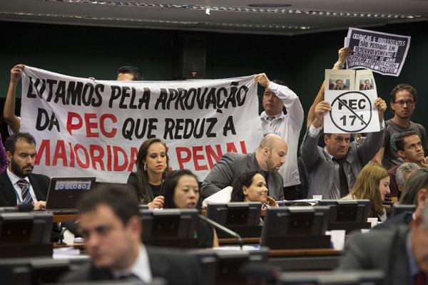Manifestantes pedem a redução da maioridade penal durante a votação