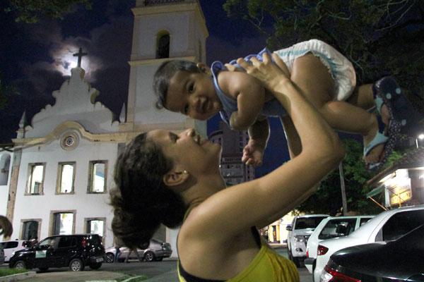 A católica Ana Beatriz sempre leva o filho, o pequeno Davi , à igreja para acompanhar as missas