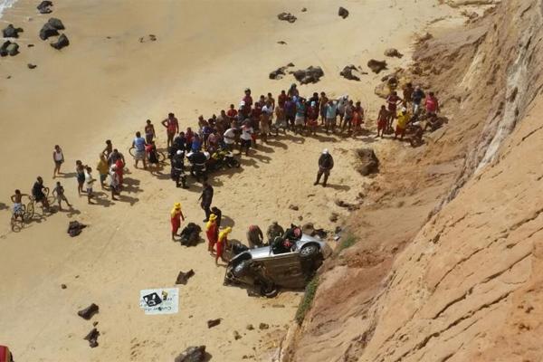Homem morreu após carro cair de falésia na praia de Tabatinga