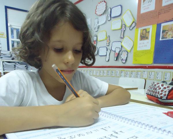 Ponta do lápis: importância de se trabalhar a letra escrita à mão