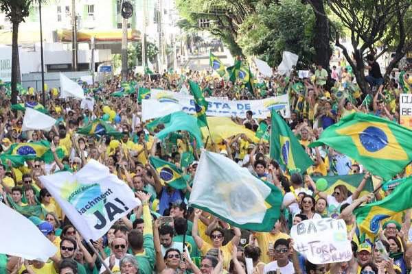 Manifestantes ocuparam Avenida Salgado Filho, em frente ao Midway, no primeiro grande protesto pós-eleição contra Dilma
