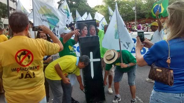 Caixão com fotos da presidente Dilma e do ex-presidente Lula foram usados durante protestos por médicos em Natal