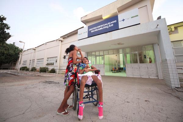 Pequena Joelma, paciente do CRI, espera órteses para mãos e pés. Unidade aguarda materiais