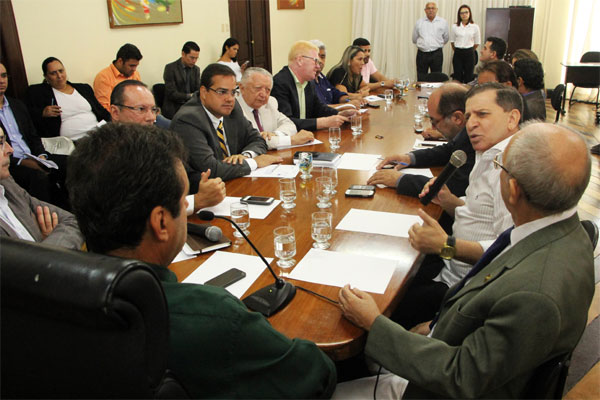 Prefeito Carlos Eduardo reúne vereadores para tratar das votações dos projetos de lei