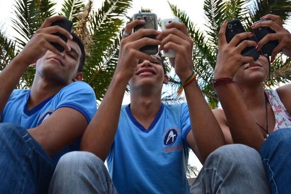 Antônio, Rodrigo e Beatriz usam ao máximo os celulares. Em casa, não têm rádio, nem telefone fixo
