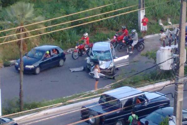 Veículo atingiu ciclista e só parou após atingir poste na na Rota do Sol