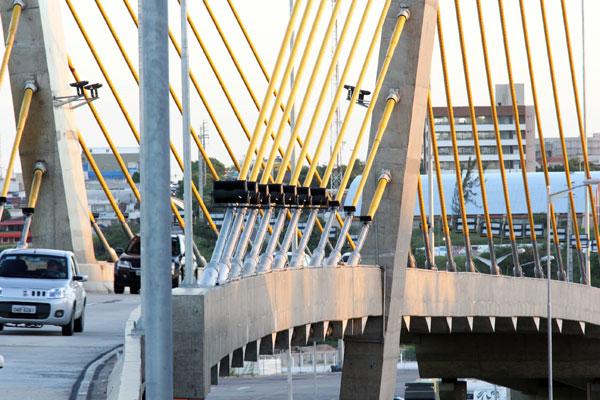 Viaduto na Prudente de Morais: recentemente alguns refletores e fiação da rede elétrica distribuídos ao longo da estrutura foram roubados