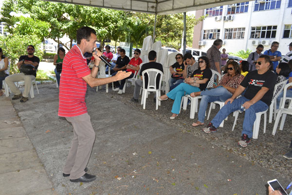 Servidores fizeram ato público ontem em frente à sede do TJRN