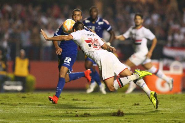 Atacante Centurión deu muito trabalho aos zagueiros do Cruzeiro e no final acabou premiado