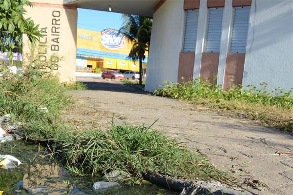 No Gramoré, base cercada por esgoto a ceú aberto, lixo e mato