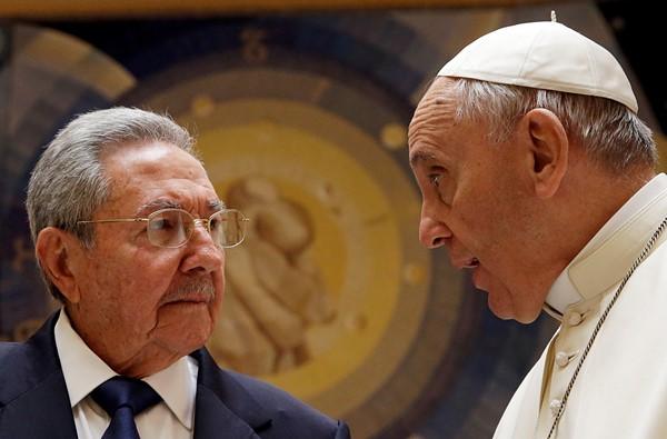 O papa Francisco (d) recebe o presidente de Cuba, Raul Castro, em encontro privado no Vaticano neste domingo, 10. 10/05/2015