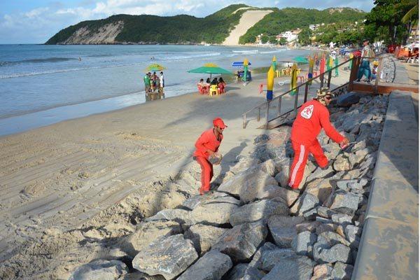 Diariamente, serviços de manutenção estão feitos na obra de enrocamento de Ponta Negra, para ajustes de pedras que se soltam