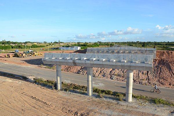 No entorno do viaduto em obras, a terraplanagem foi concluída e a pista está demarcada
