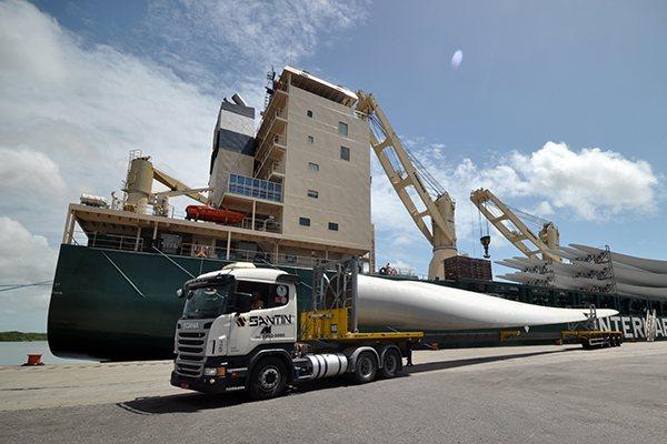 Desembarque de peças para parques eólicos no porto: Translado até usinas enfrenta desafios