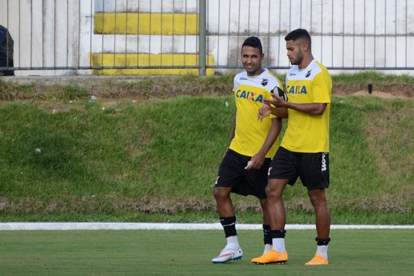 O atacante Fabinho Alves foi confirmado por Ademir Fesan como companheiro de Kayke no ataque