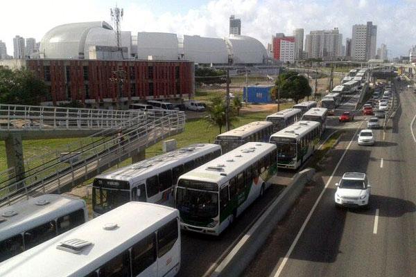 Motoristas de ônibus seguiram em protesto até a Governadoria
