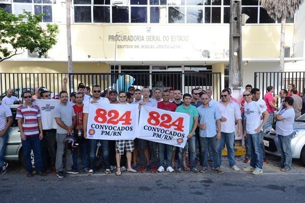 Suplentes considerados inaptos fizeram ato na tarde de ontem em frente à Procuradoria Geral