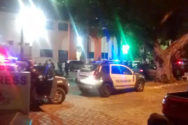 Policiais tentam negociar a saída do homem
