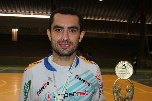 Neto comemorando o título pelo Ampere, também no Paraná