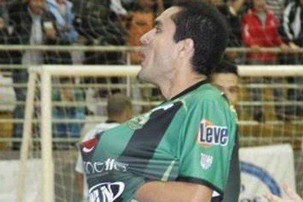 Neto comemora mais uma vitória pelo seu time, o Cresol/Marreco