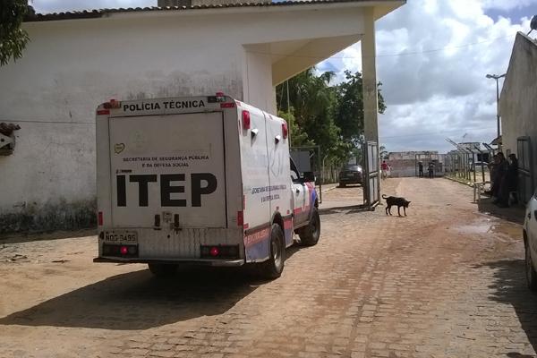 Carro do Itep-RN deixa Presídio Rogério Coutinho Madruga com corpo do detento morto durante rebelião