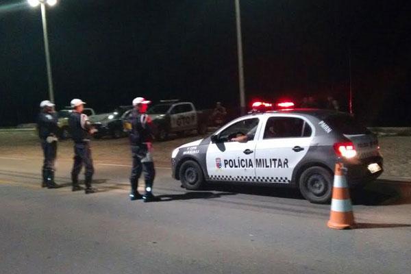 Quatro veículos foram recuperados e cinco armas de fogo, drogas e munições foram apreendidas