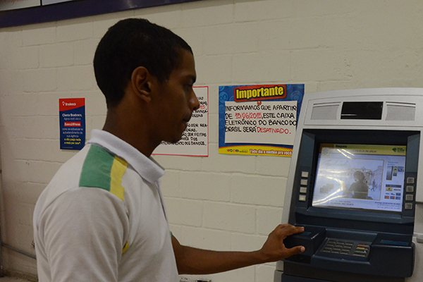 Estudante Daniel da Silva tentou utilizar um terminal do BB, sem êxito, e reclamou da desativação