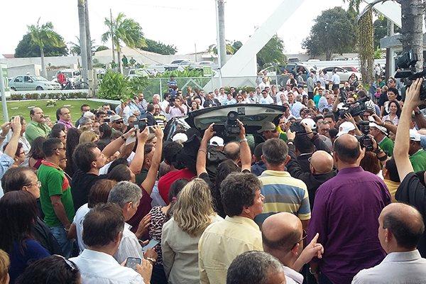 Na chegada do corpo, público prestou homenagens à memória de Agnelo Alves, aplaudindo e agitando lembranças das campanhas para prefeito e deputado estadual