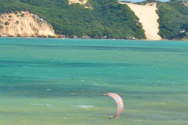 Praia de Ponta Negra, em Natal: Alta do dólar estaria favorecendo viagens dentro do Brasil