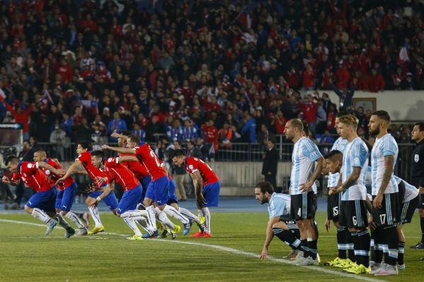 Chilenos comemoram primeiro título da Copa América após gol de Alexis Sanchez nas cobranças de pênaltis