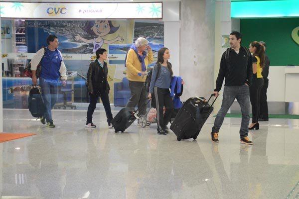 Turistas argentinos desembarcam, elogiam voo, mas reclamam da falta de estrutura na recepção