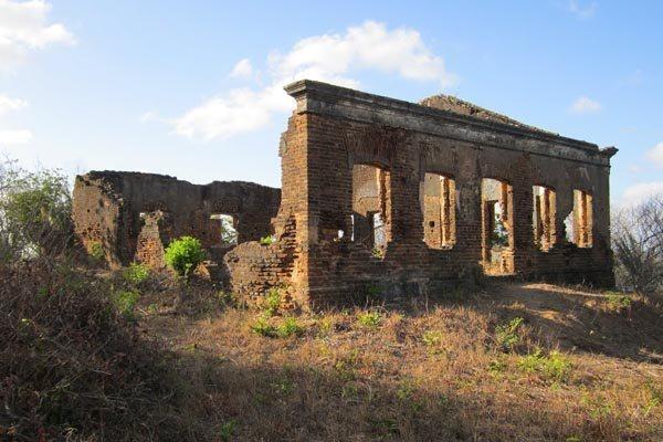 O antigo e próspero Casarão dos Guarapes, hoje em ruínas,  foi um importante entreposto comercial da família, na metade do século 19