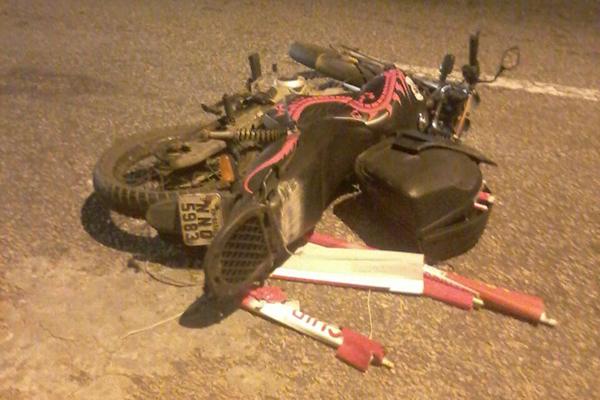 Motocicleta da vítima foi arremessada devido a batida