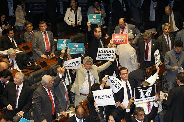 Durante a sessão em que a redução foi aprovada, parlamentares de diversos partidos protestaram