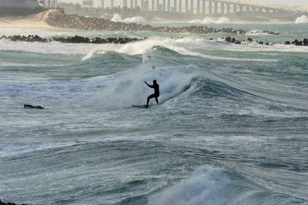 Previsão para hoje e amanhã, segundo a Marinha do Brasil e INPE, é de que o mar continuará agitado com ondas que podem superar três metros de altura