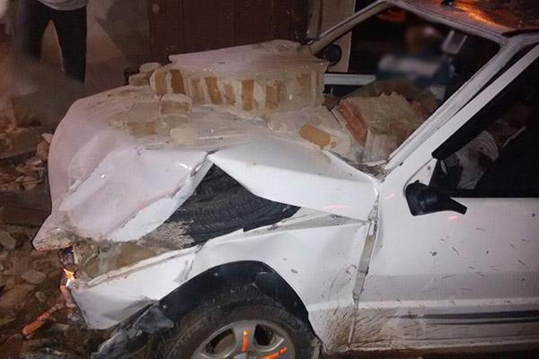 Veículo onde estavam os homens colidiu com um muro e um deles conseguiu fugir