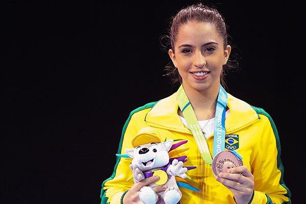 Aline de Paula mostra, com orgulho, a medalha panamericana